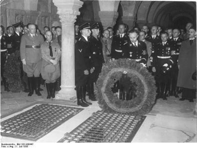Bundesarchiv_Bild_183-H08447,_Quedlinburg,_Heinrichs-Feier,_Heinrich_Himmler.jpg